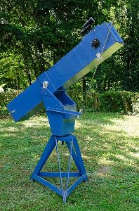 Image of a reflecting telescope. Image from Wikipedia.